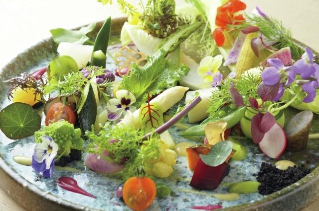 季節の素材を楽しむ「大地のサラダ」は、スペシャリテのひとつ。府中で育てられた鮎、立川産ポークなど、地元素材も使用