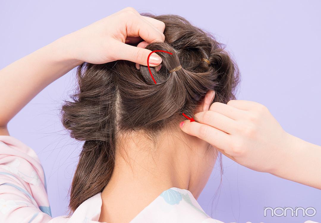 Step2. 右下の髪も同様にくるりんぱ 1で最初にくるりんぱした下の髪をとり、ゴムで結んでまたくるりんぱに。