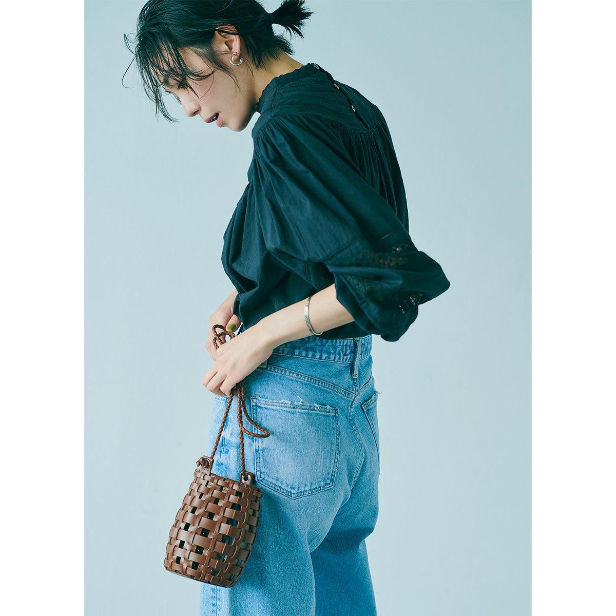 立体的なレザー編みショルダーが新鮮。スマホと財布が入るサイズ感。