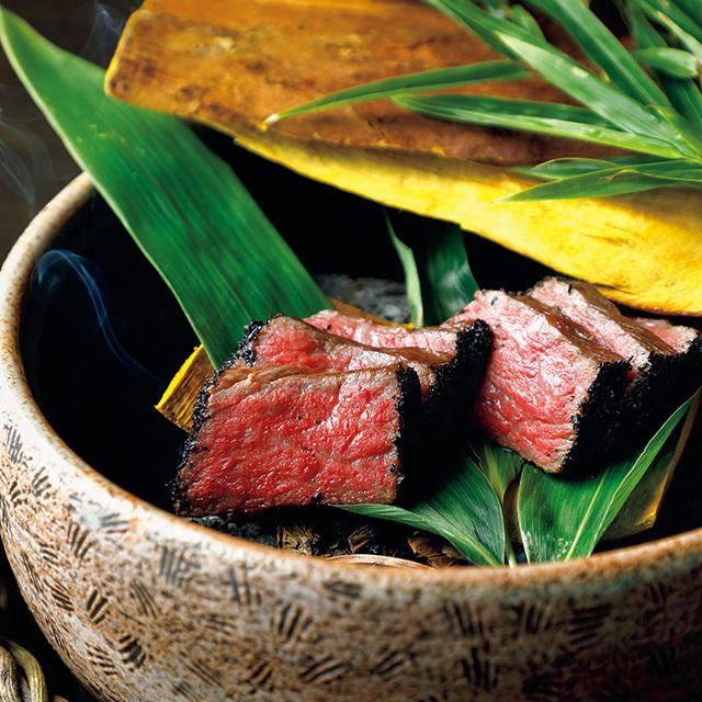 大和当帰や柿の葉を燻し、奈良産の和紅茶をまとわせて焼いた大和牛