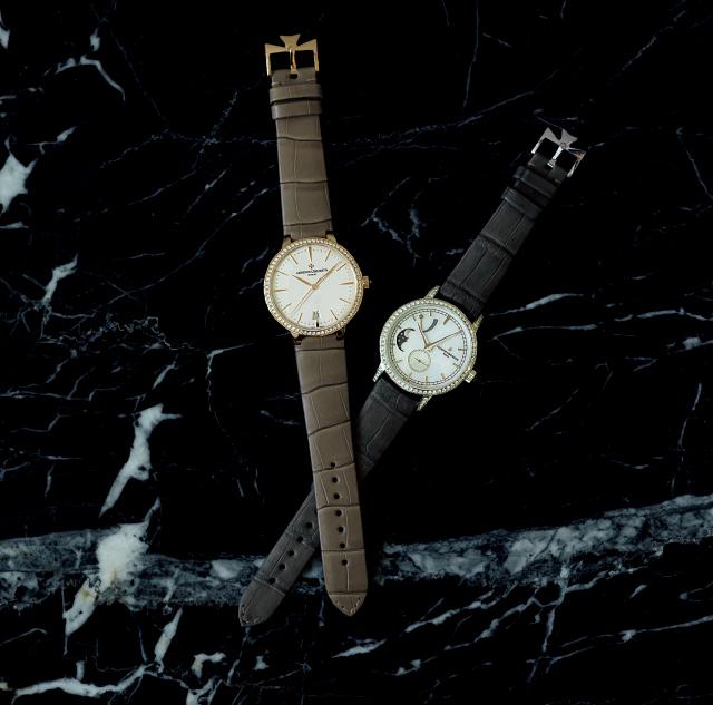 時計(右)「トラディショナ ル・ムーンフェイズ」(左)「パトリ モニー・オートマティック」