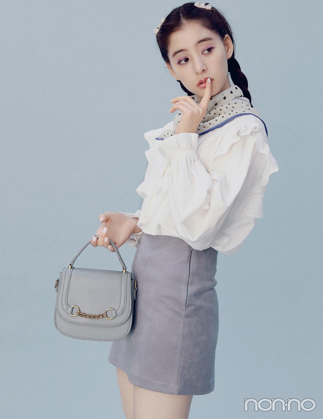 新木優子は青のグラデーションコーデでフリルシャツを大人に見せて【毎日コーデ】