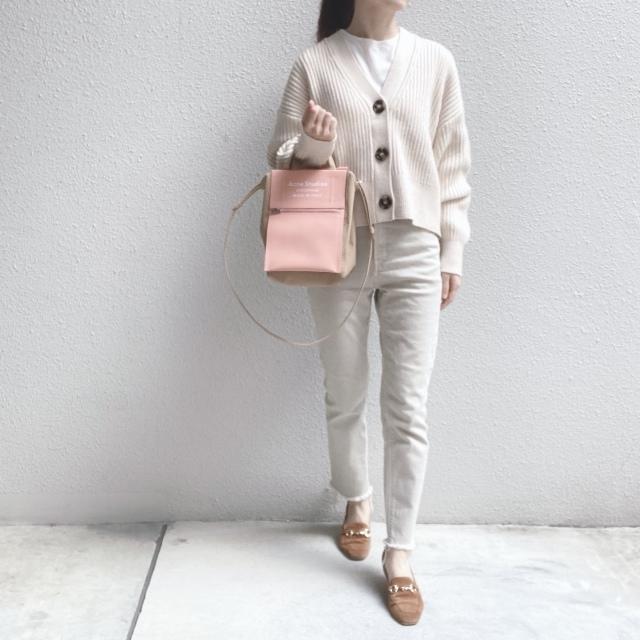 H&Mのカーデと同系色のデニムを合わせてワントーンに。