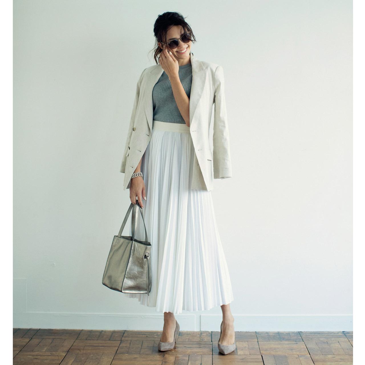 ベージュのテーラードジャケット×白のプリーツスカートのファッションコーデ