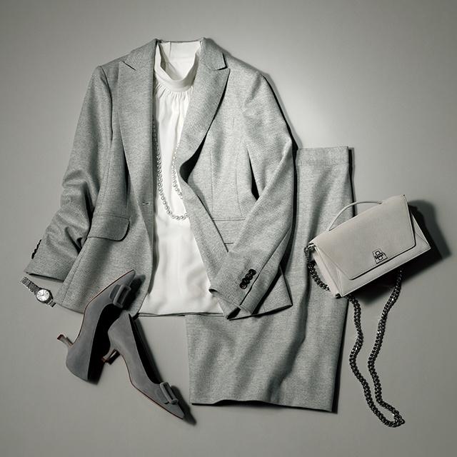 スーツにツヤと輝きを足せるのは女性だけ