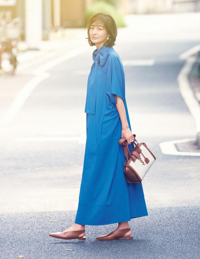 ブルーのワンピースコーデの富岡佳子