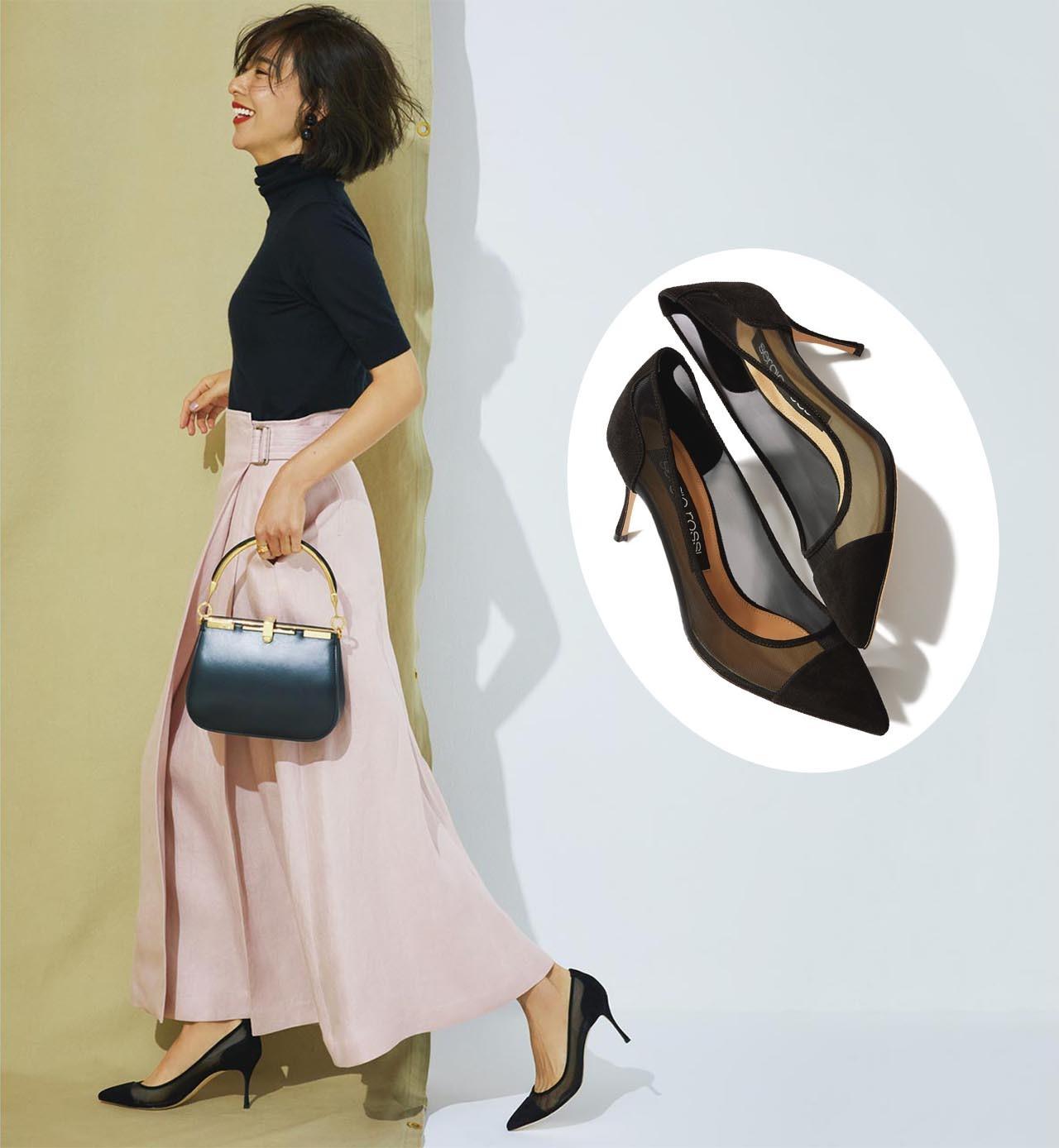 透け感のある黒パンプスを履いたモデルの小泉里子さん
