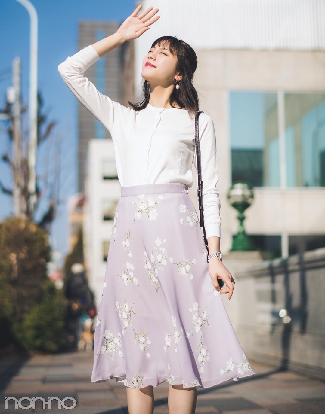 【花柄スカートコーデ】華やかな花柄スカートは白カーデで清楚に♡