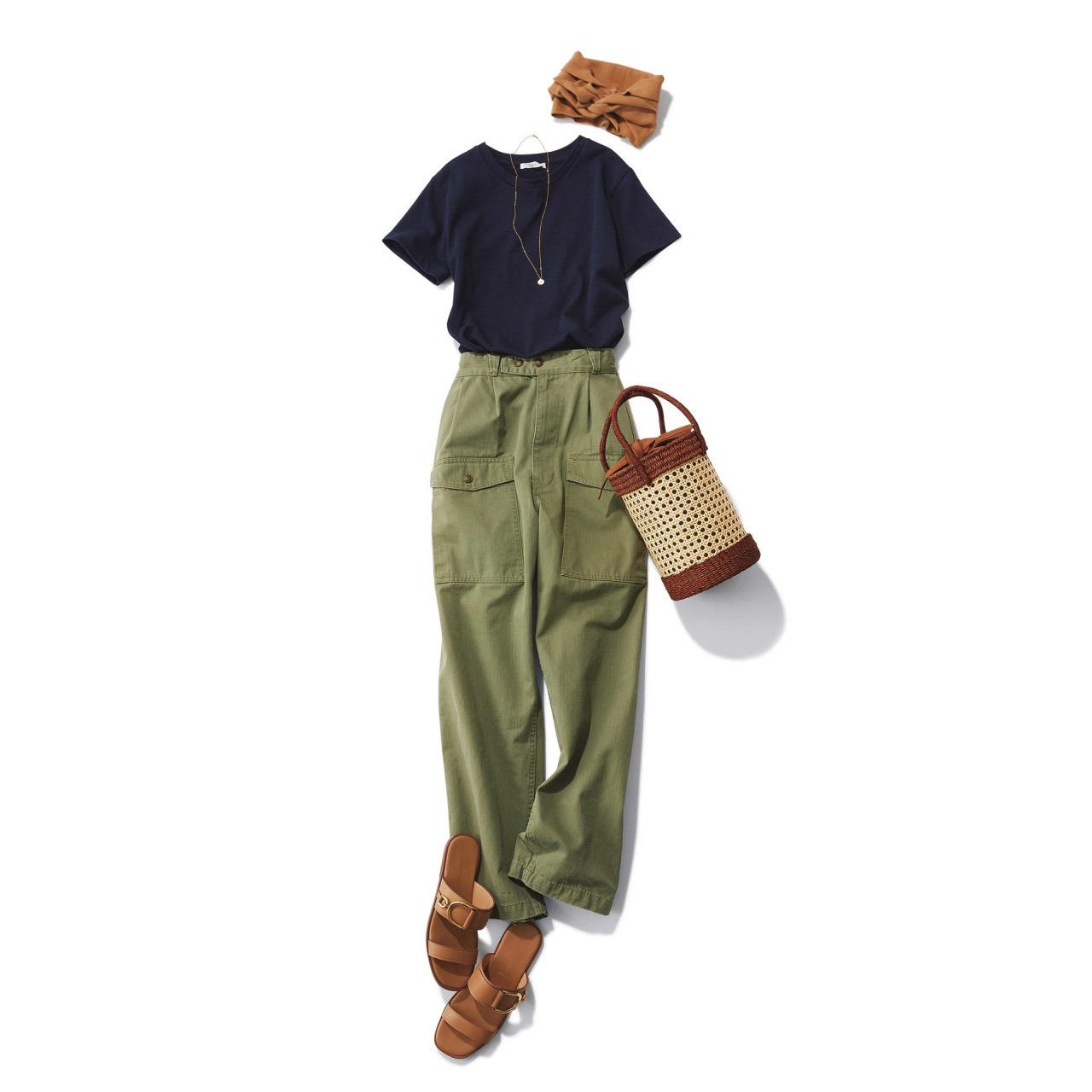 ■ネイビーのTシャツ×カーキの腰高カーゴパンツコーデ