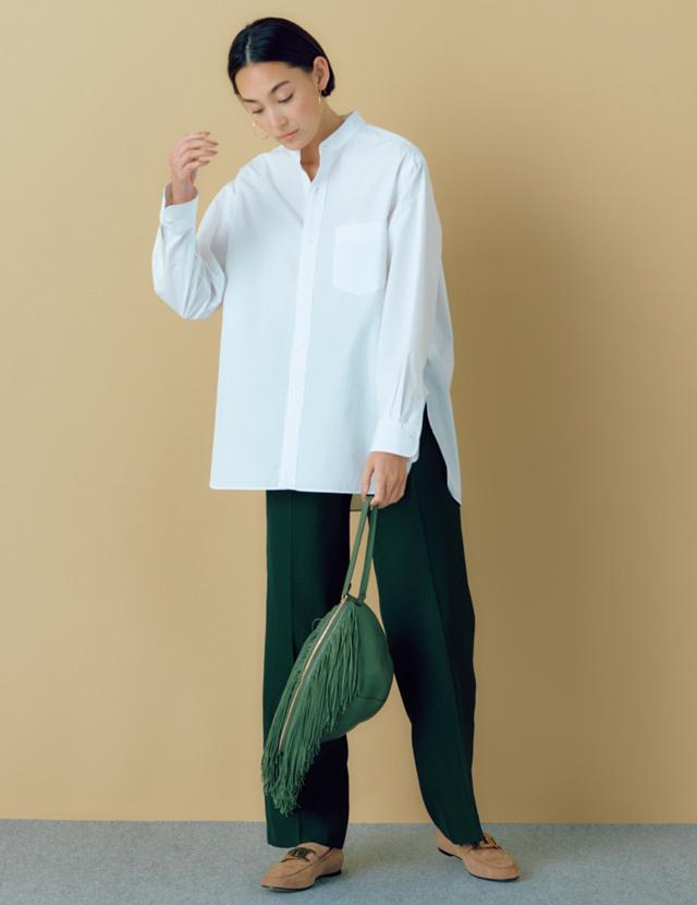 ノーブルなグリーンのパンツに白シャツをコーデしたリッチなLIZA