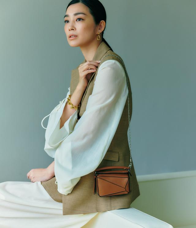 アラフィー女性が春に買うべき「主役バッグ」一点投入でコーデが見違える! ロエベ
