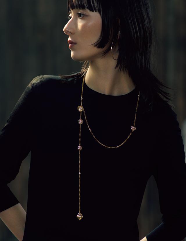 シャネルのネックレス「カメリア コレクション」を着用したリー・モモカ