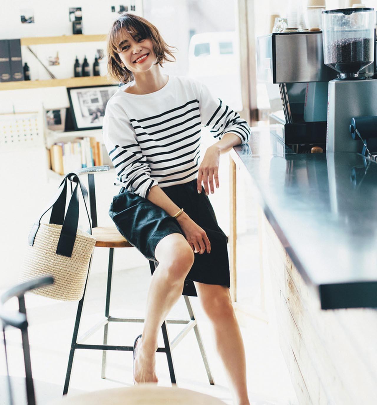 白黒のボーダーカットソー×黒のショートパンツコーデを着たモデルの竹下玲奈さん