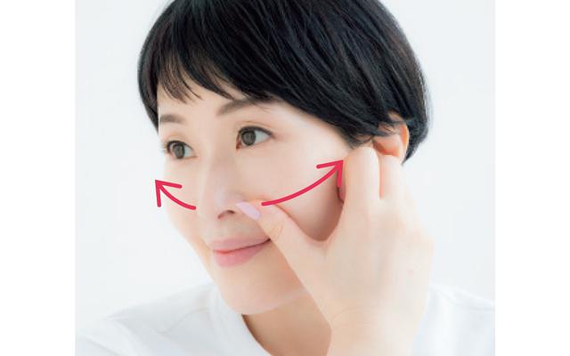 顔全体にクリームをなじませたら、小鼻横からこめかみまで親指で流して。