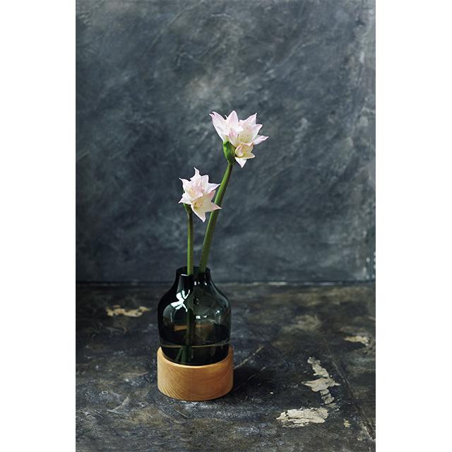 木製のベースとスモーキーなグレーのガラスのコ ンビネーションの花器