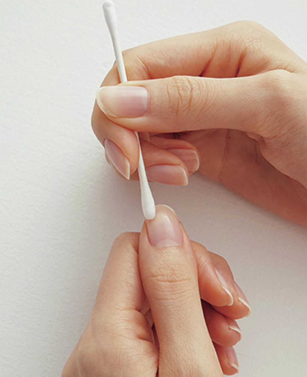 1.綿棒にネイルリムーバーかアルコールをしみ込ませ、爪の表面をていねいにふき取って、油分を落とす。ベースコートを塗る