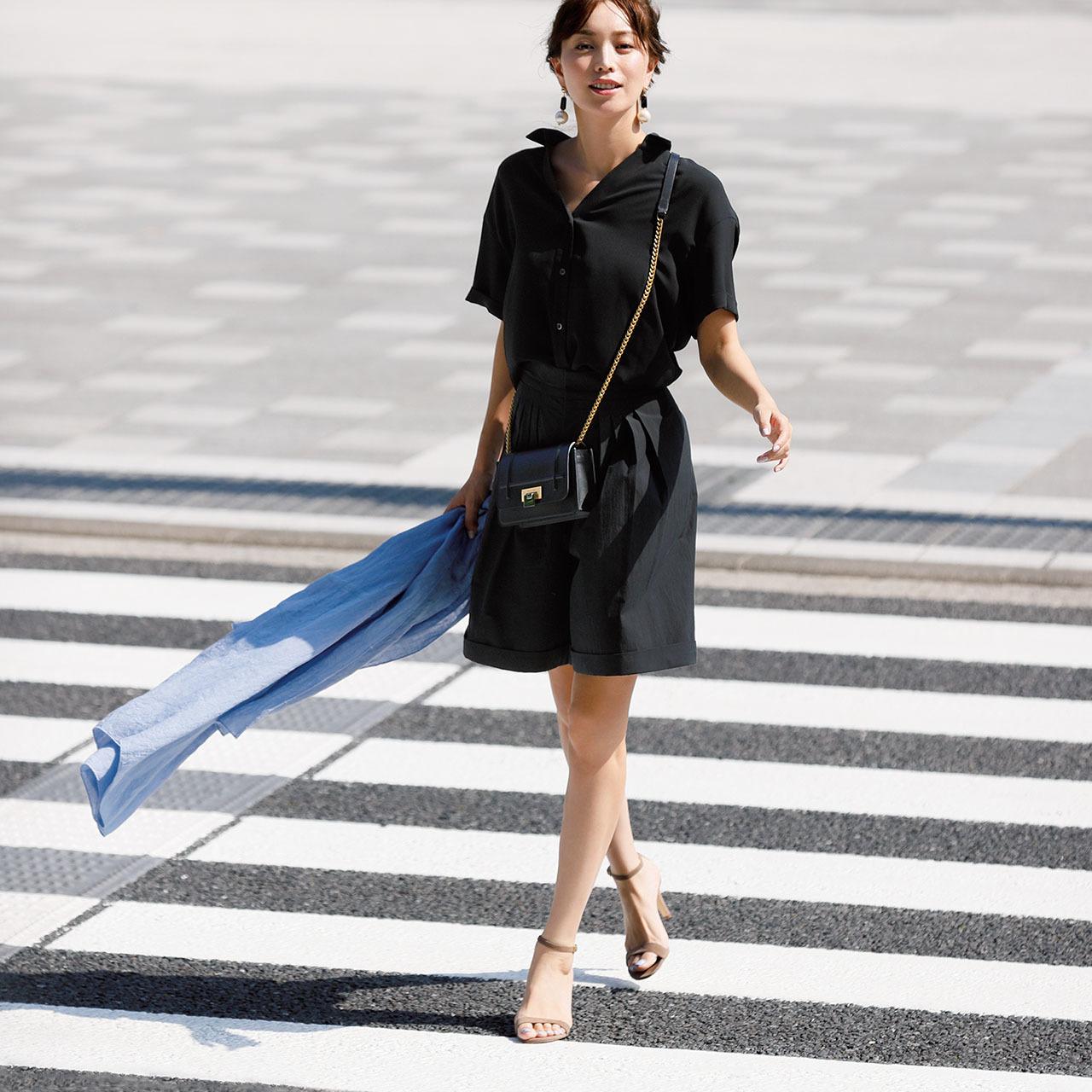 真夏の上品&きれいは「とろみ素材の黒シャツ」コーデで手に入れる!_1_2-2