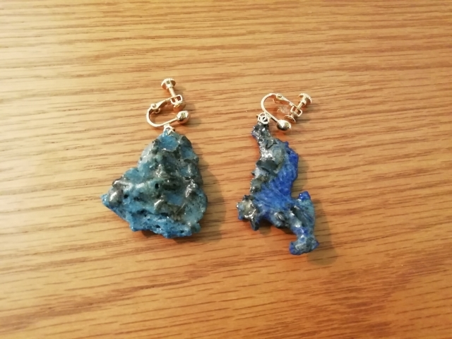 海洋ゴミを素材として作られたイヤリング