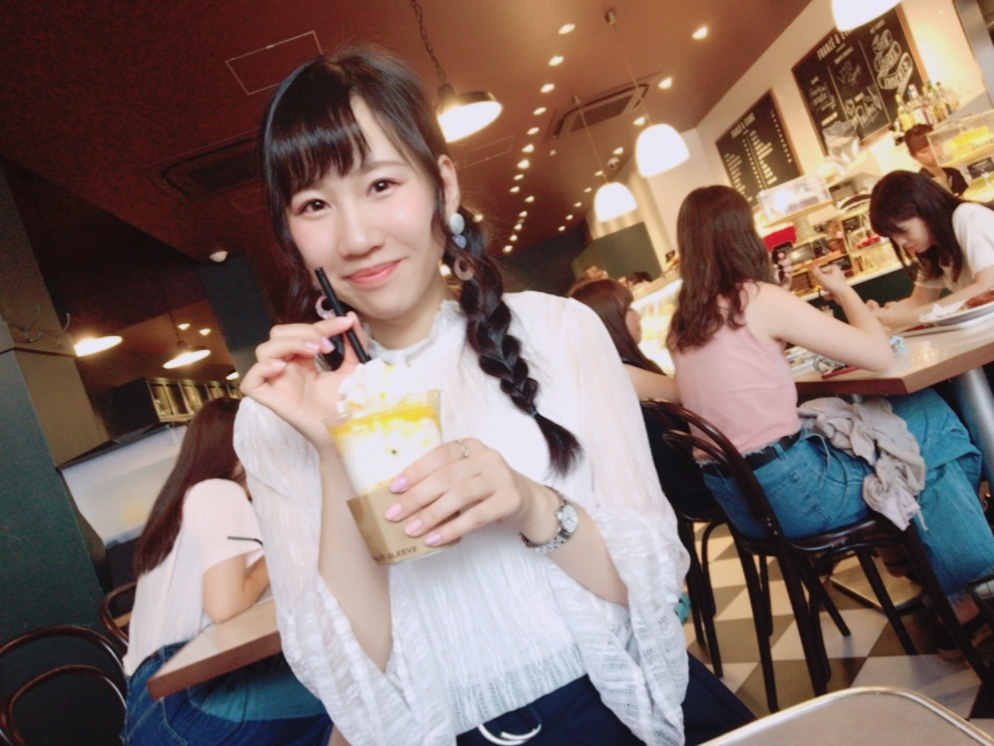 ホイップクリームではなく焼いたメレンゲ!上から崩して食べるマンゴードリンク★★_1_2-2