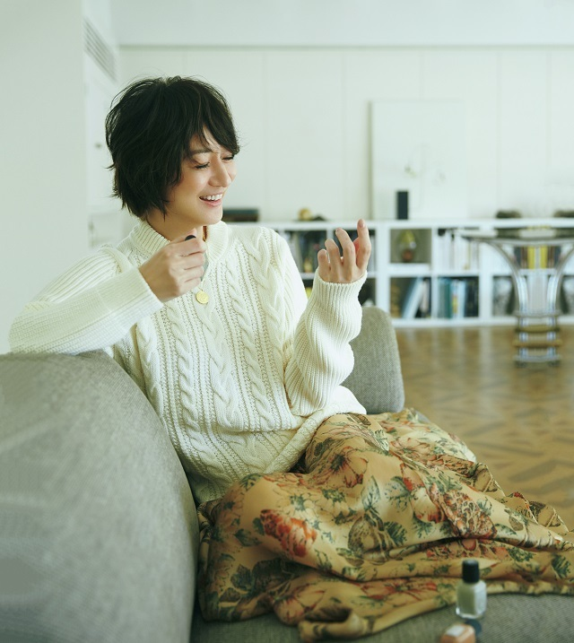 富岡佳子 花柄の揺れるスカートとネイルの色に元気をもらおう