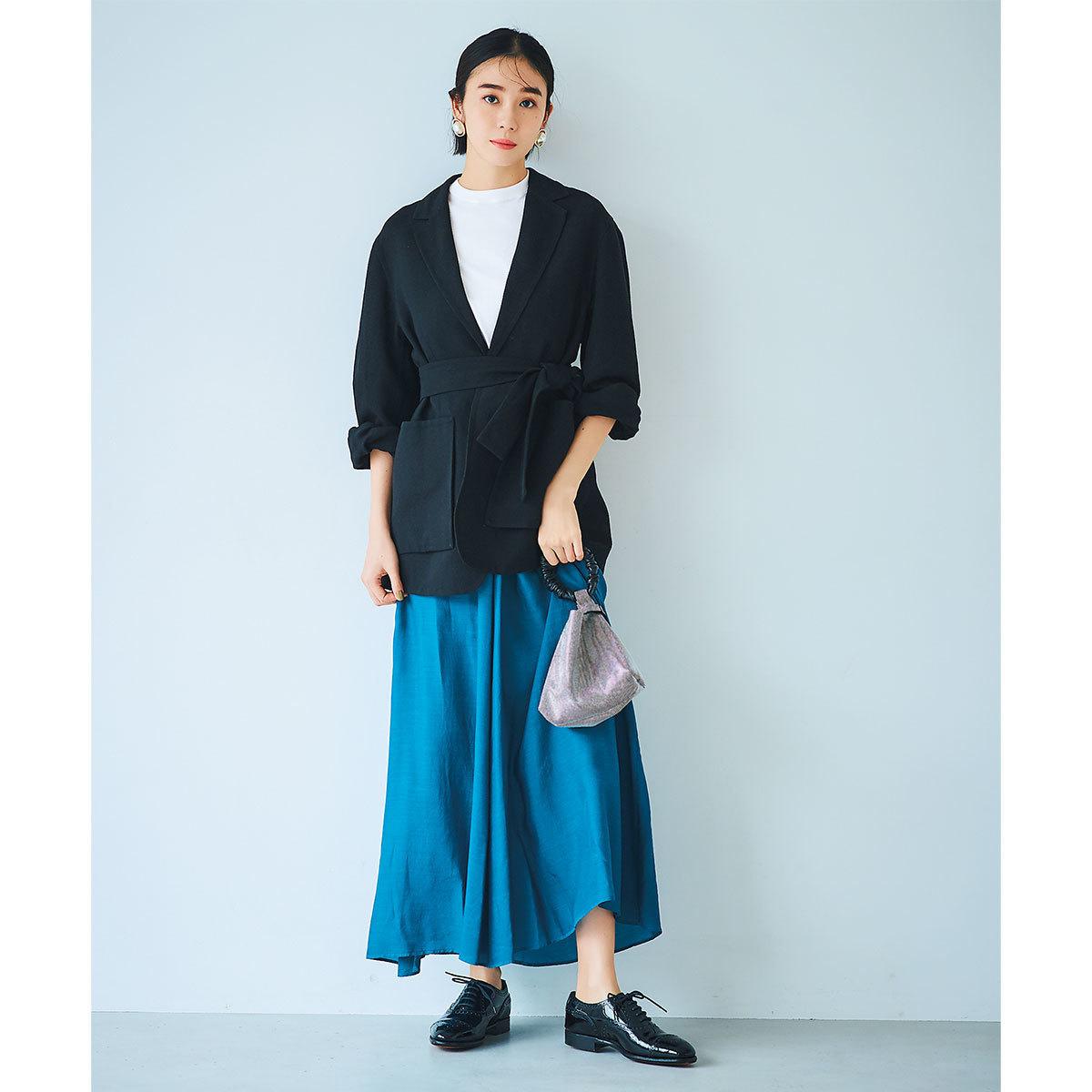 ■黒のジャケット×コバルトブルーのスカートコーデ