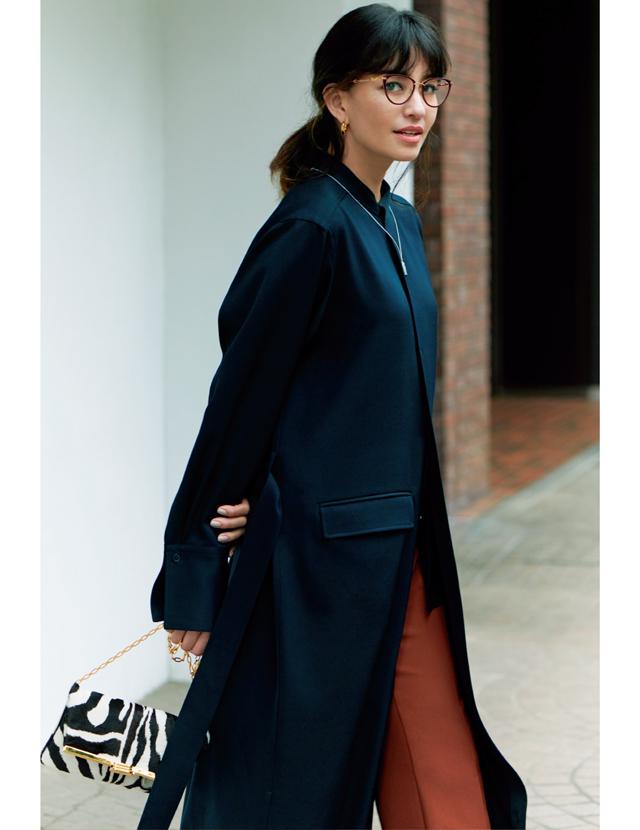 メガネのカラーフレームとパンツの色をリンクさせたコーデのRINA