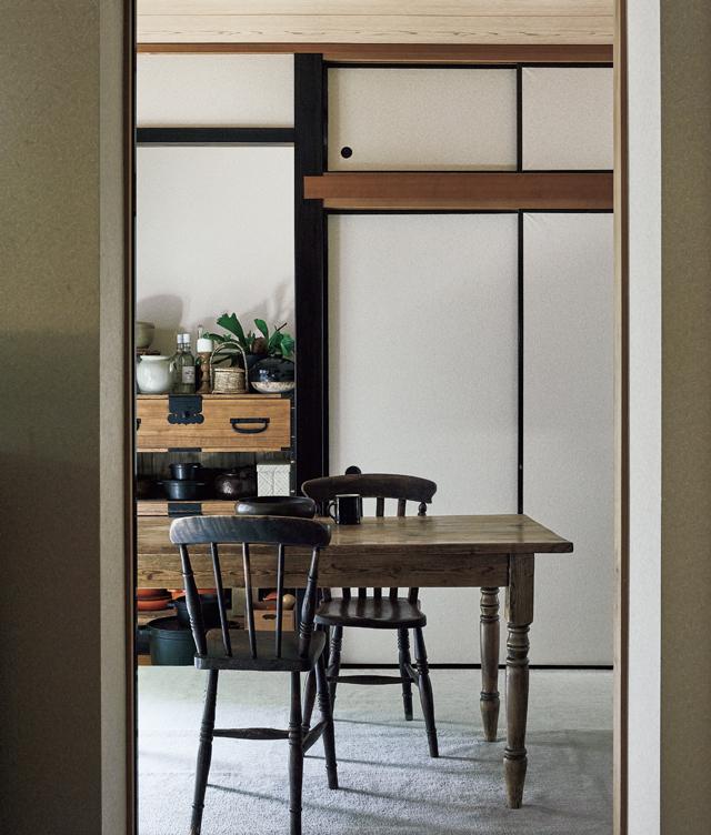 和室にはカーペットを敷きテーブルと椅子を置いてダイニングに