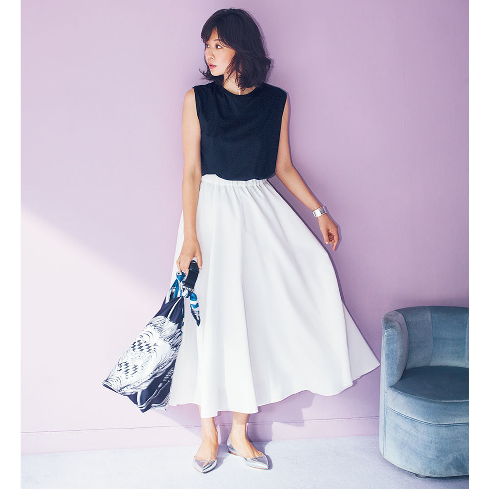 黒のタンクトップ×白のマキシスカートでモノトーンコーデ