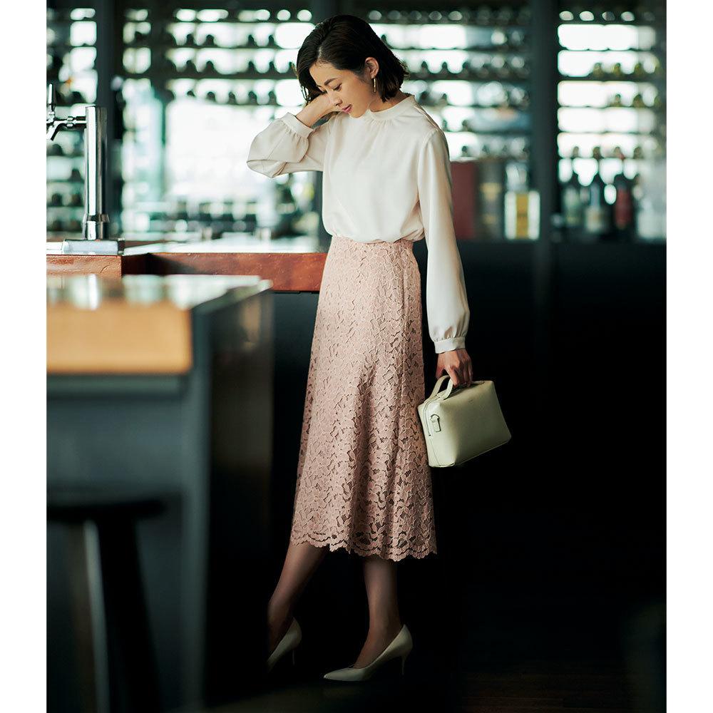 ピンクのレーススカート×白ブラウスのファッションコーデ