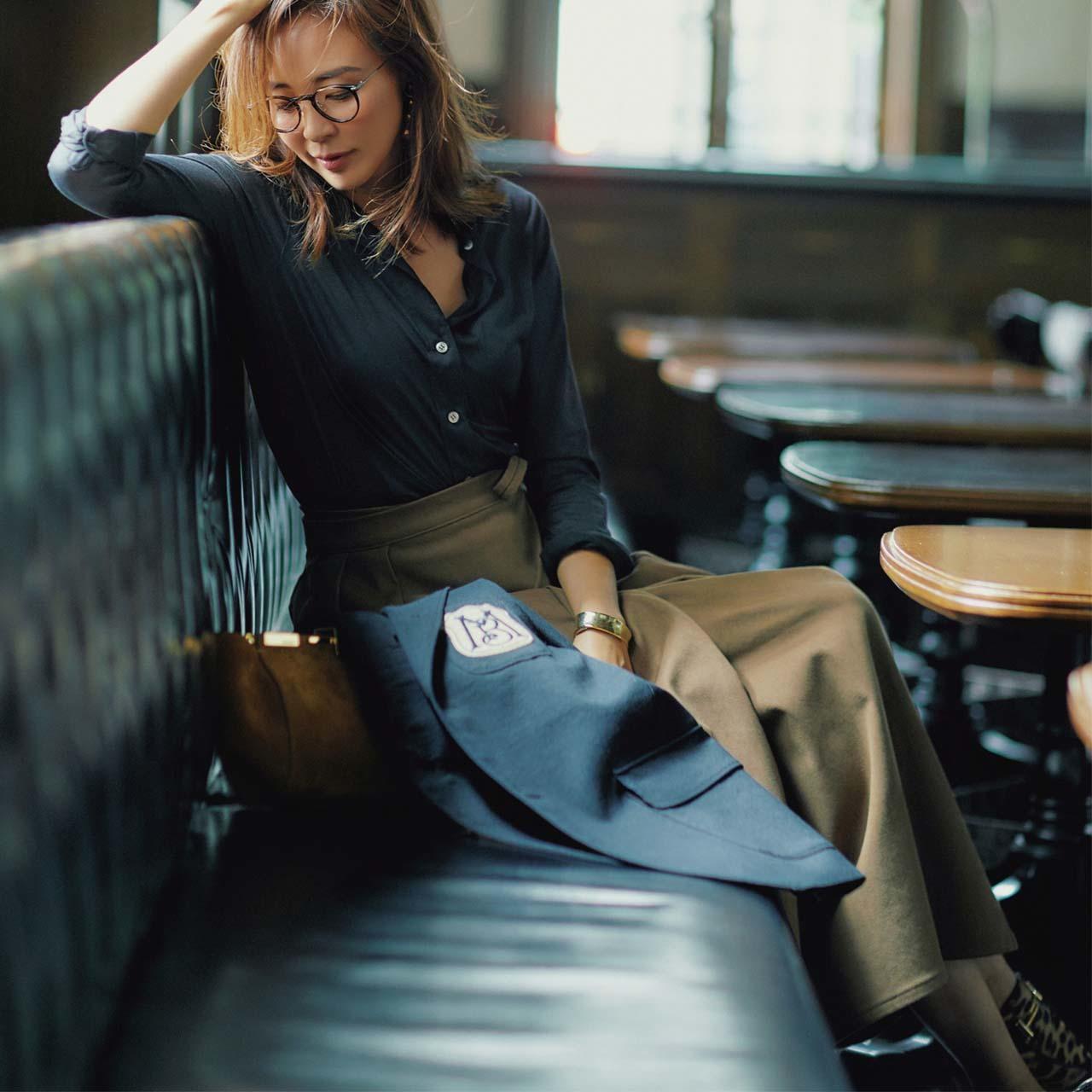 シャツ×フレアスカートコーデを着たモデルのSHIHOさん