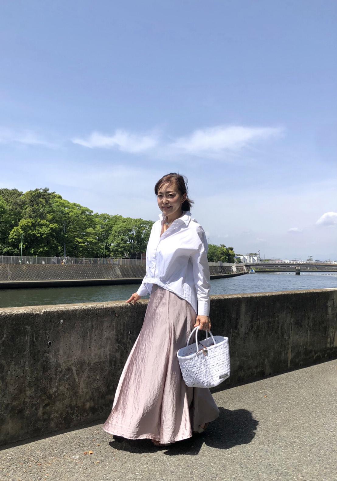 きれい色スカートと白シャツコーデ_1_5