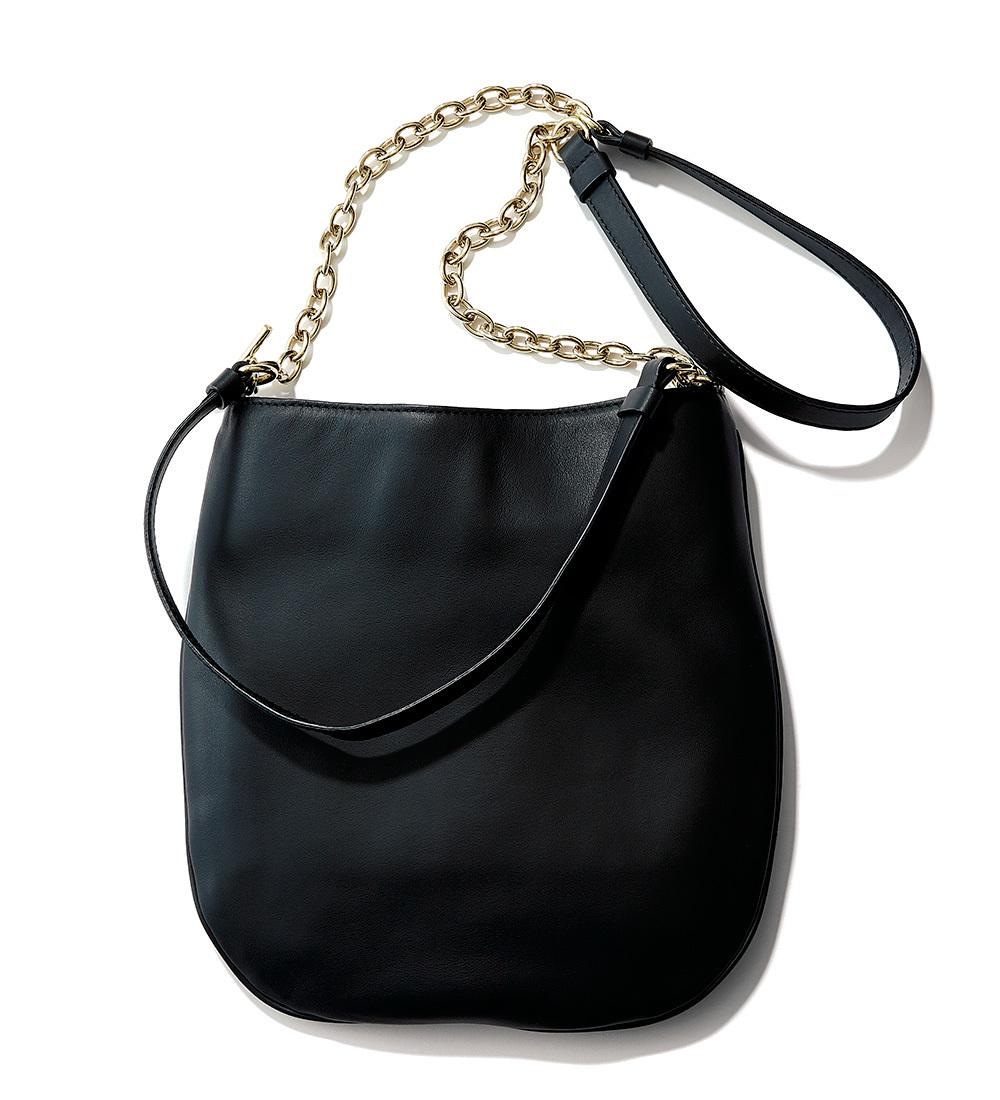 チェーンバッグのシャープさでボリュームコートに女っぽさを_1_3