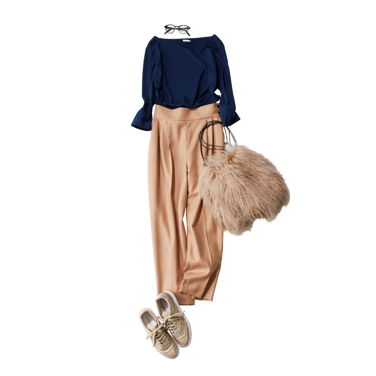 リーボックのベージュスニーカー×ネイビーカットソー&ベージュパンツのファッションコーデ