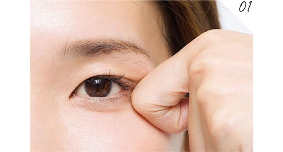 人さし指をかぎ状に曲げ、第二関節の面の部分を、下まぶたや目じりのシワが気になる部分に当てる