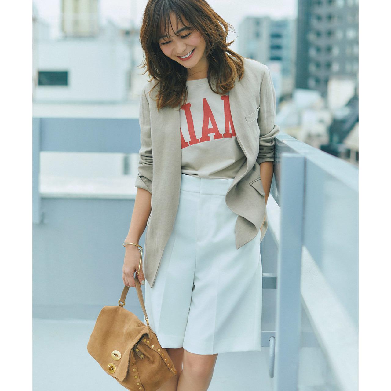 ロゴTシャツ×ジャケット×ショートパンツコーデを着たモデルの竹下玲奈さん