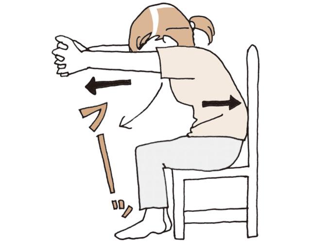 椅子に座り、背筋を伸ばし、胸の前で手を組む