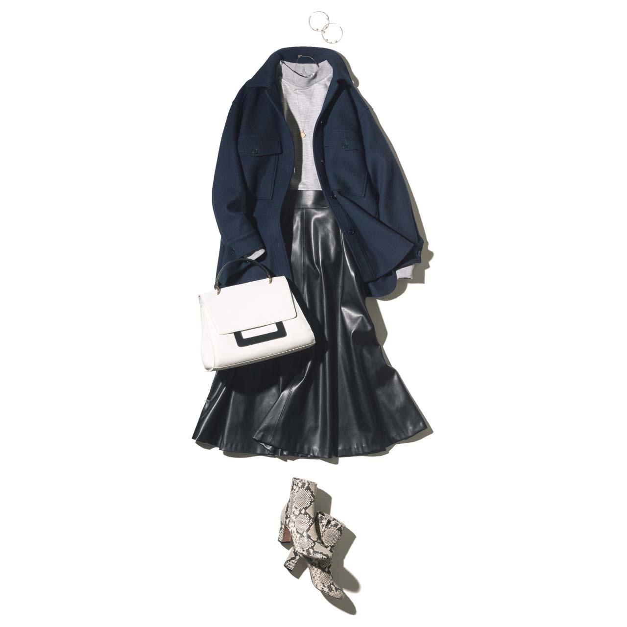 フェイクレザーの黒フレアスカート×ジャケットコーデ