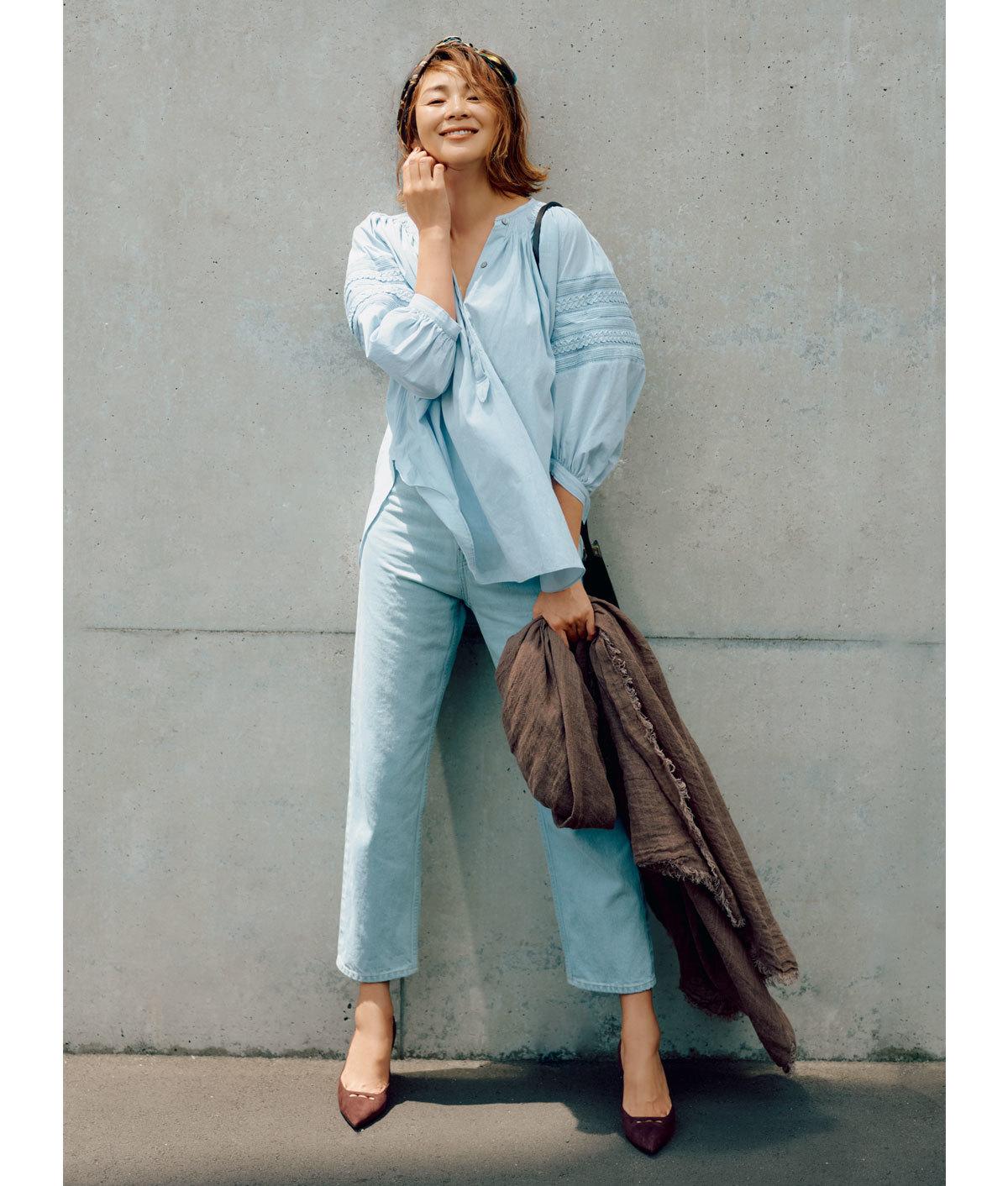 ペールブルーのブラウス&パンツのワントーンコーデを着たモデルSHIHO