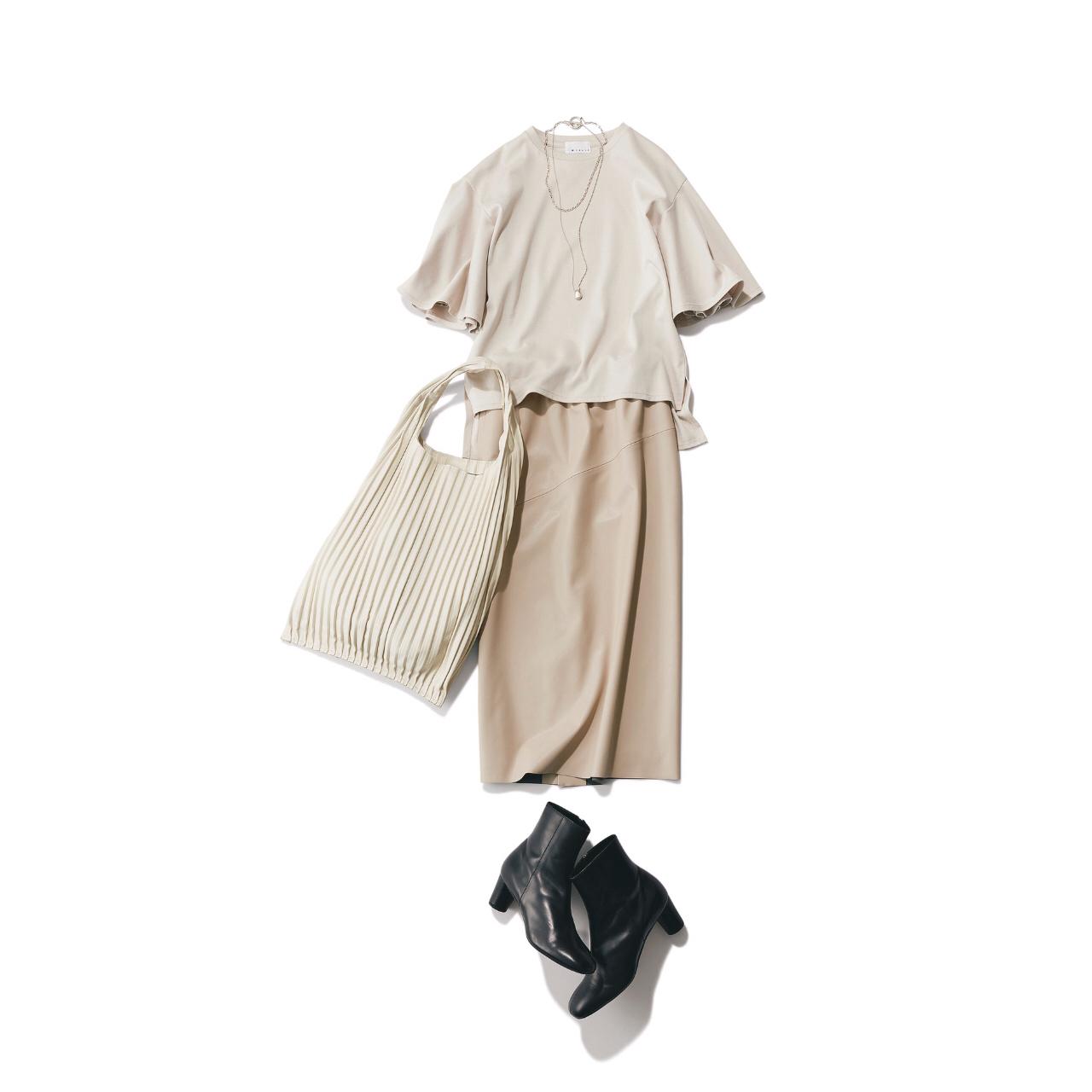 ベージュTシャツ+ベージュスカート+黒ショートブーツ