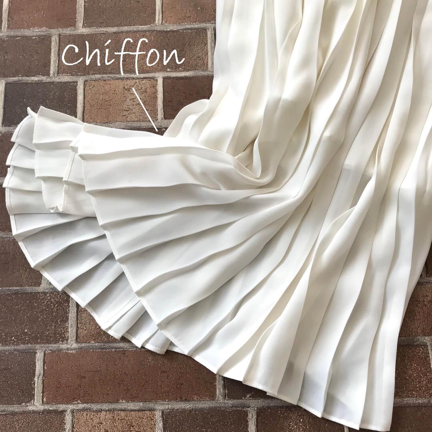 ユニクロの白プリーツスカートの寄り