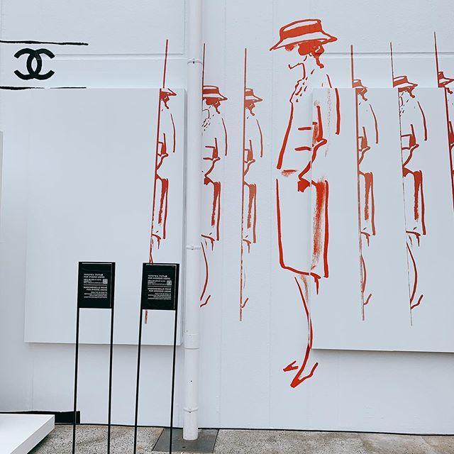 世界から注目を集めるCHANELの展覧会のエントランスにはこんなアートが