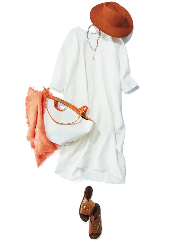 ドルマン風の袖で二の腕もすっぽりカバーできるワンピース。