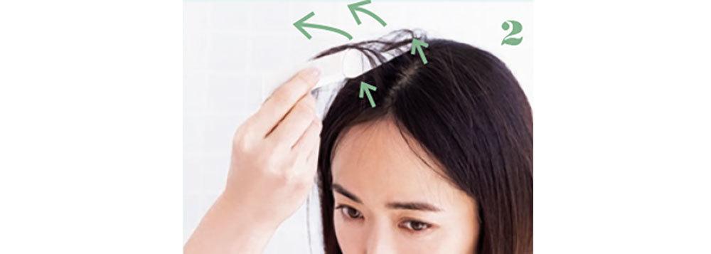 2.額側から始めて頭頂まで来たら、そっとコームを持ち上げ、上がった髪を手で左右に割る