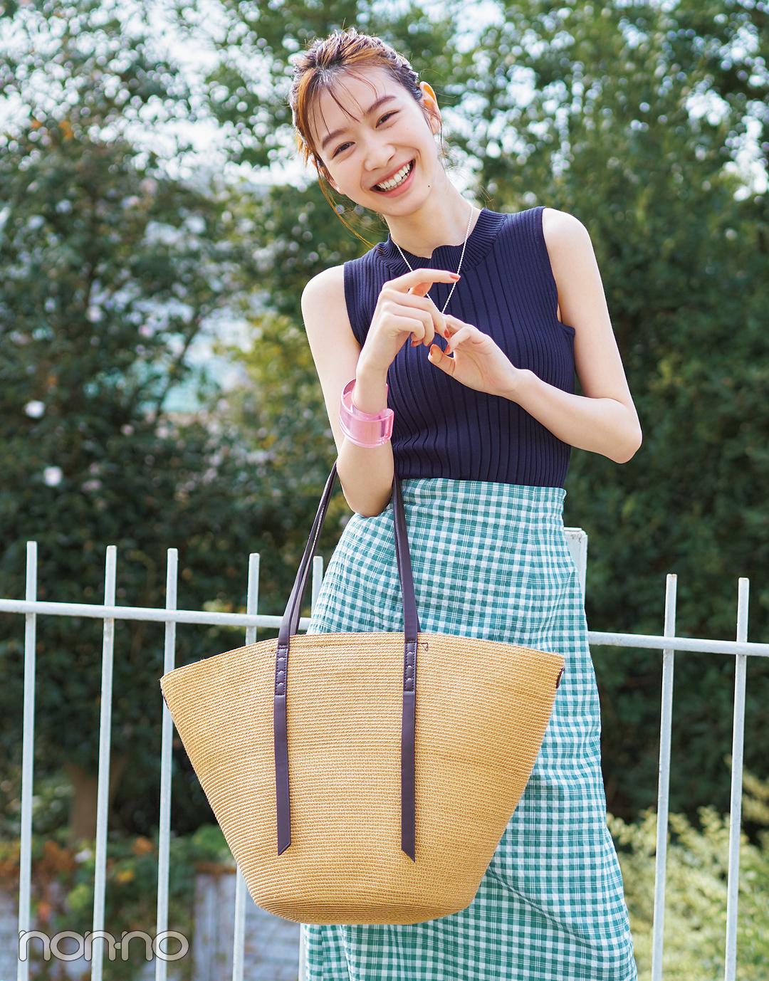岡本夏美の夏素材カゴトートバッグのコーデ1