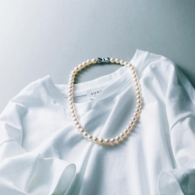 クルーネックTシャツ × パールネックレス