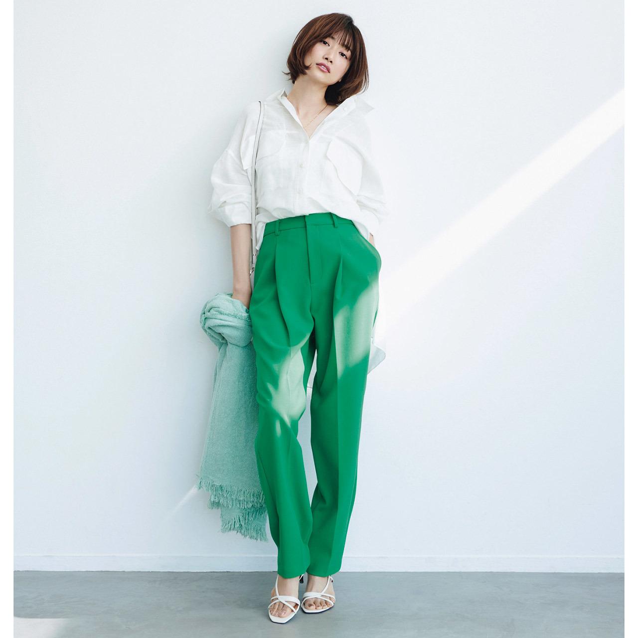 白シャツ×グリーンパンツコーデ