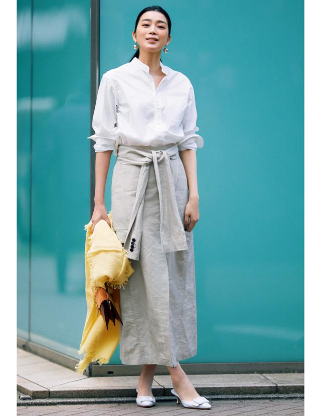 チノの遊び心あるデザインのスカートを着こなすゆうき