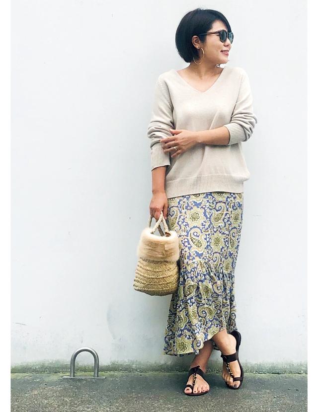 ペイズリー柄スカートとニットのコーデの望月律子さん