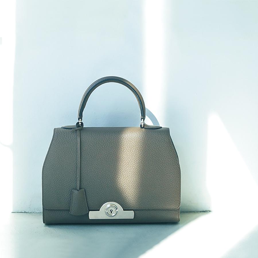 エディター磯部安伽さんのデニムに合わせる小物_クラシックなハンドバッグ