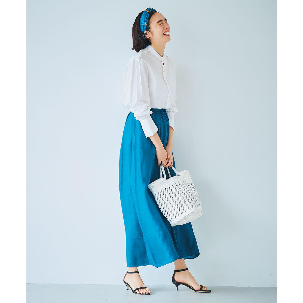白シャツ×コバルトブルーのスカートコーデ